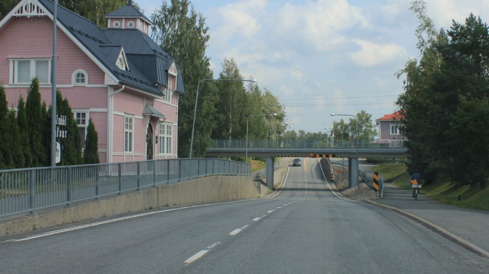 Kauhavaa sillalta sillalle pyöräilyreitti vaaleanpunainen talo ja silta