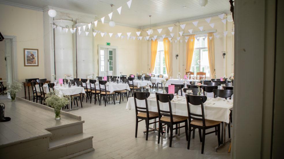 Kuorasjärven kartanon sali katettuna juhlallisuuksiin