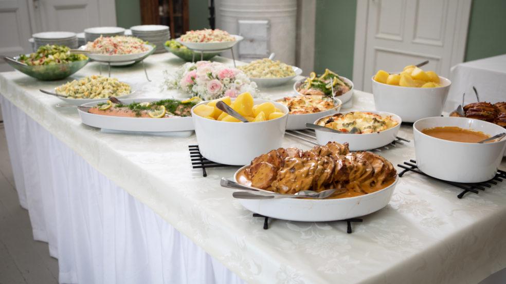 kuorasjärven kartano maittava juhlaruoka katettuna pöydälle