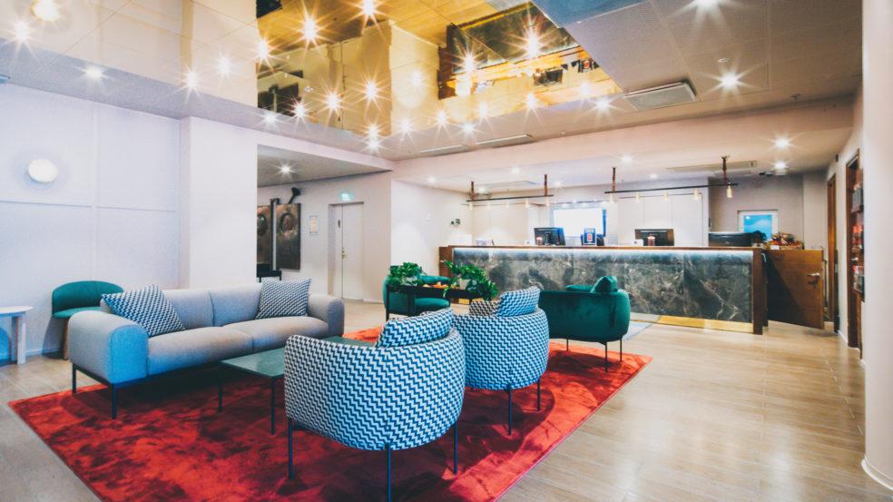 Original Sokos Hotel Vaakuna Seinäjoki upeasti sisustettu valoisa aula