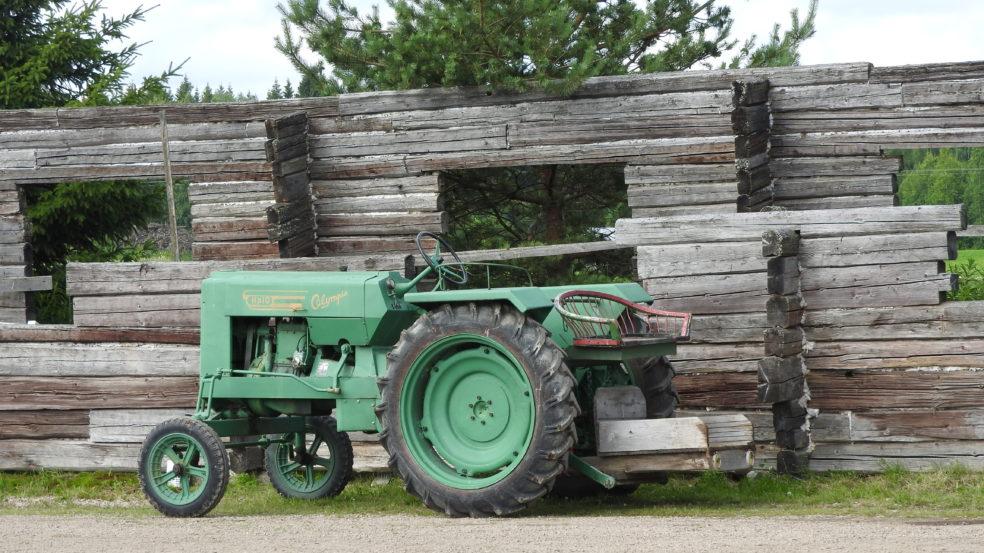 Rypölän torppa vanhanaikainen traktori