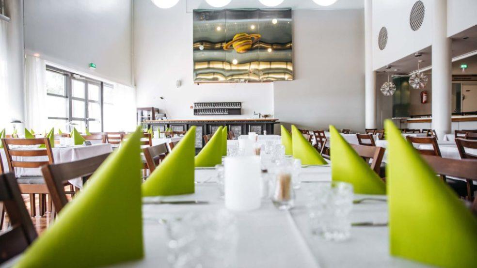 hotelli kivitippu ravintola katettu pöytä servetteineen