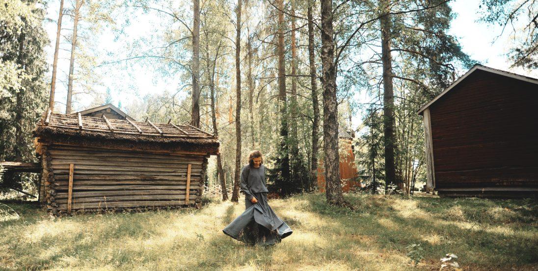Etelä-pohjanmaa museo perinteisen mekon helma heilahtaa kesäisissä maisemissa