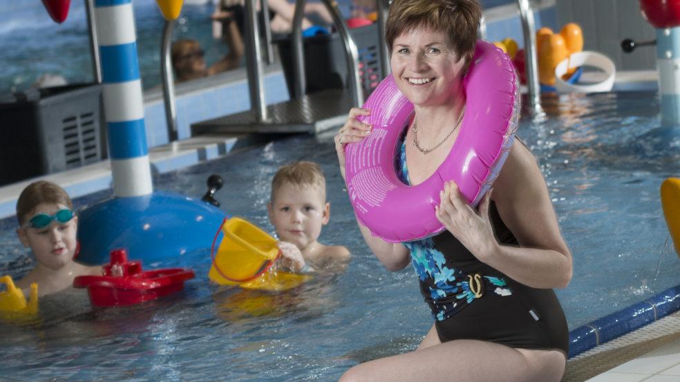 härmän kylpylä perhe lasten uima-altaassa