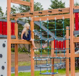 härmän kylpylä lapset leikkivät leikkipuistossa