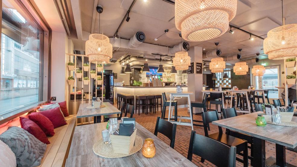 helmi bar and pizza ravintolan upea sisustus luo tunnelmaa