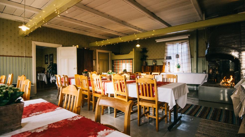 tilausravintola itämäentalo ruokapöytiä ja takka