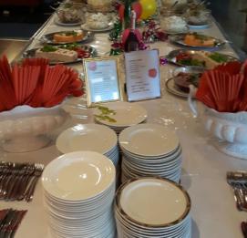 hotelli fooninki noutopöytä täynnä ruokaa