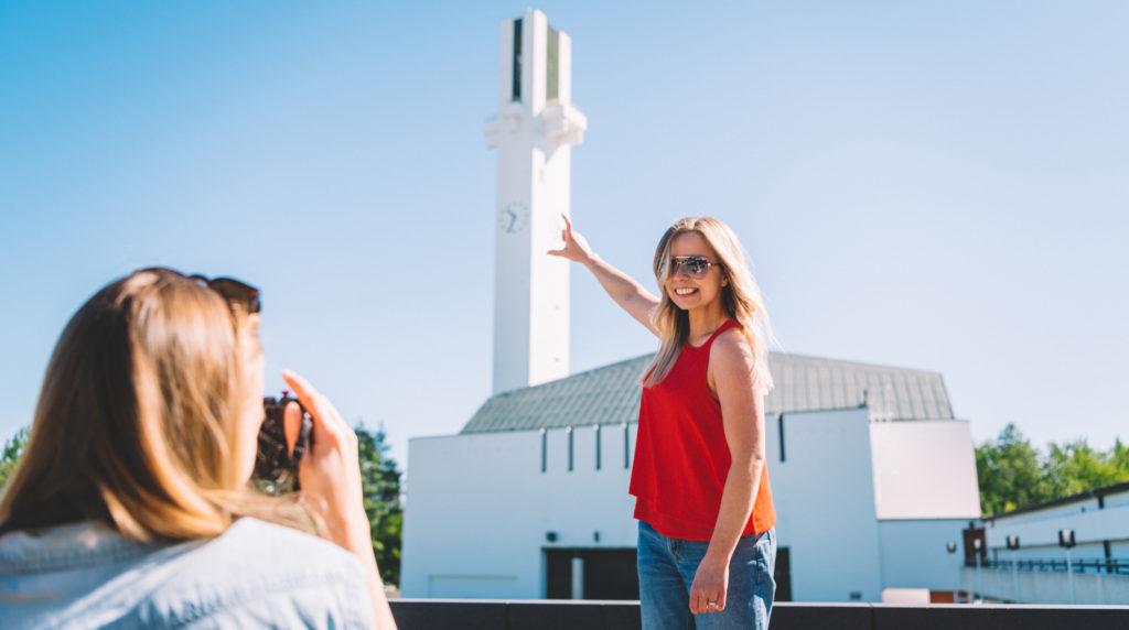 naiset ihailemassa lakeuden ristiä aalto keskus seinäjoki