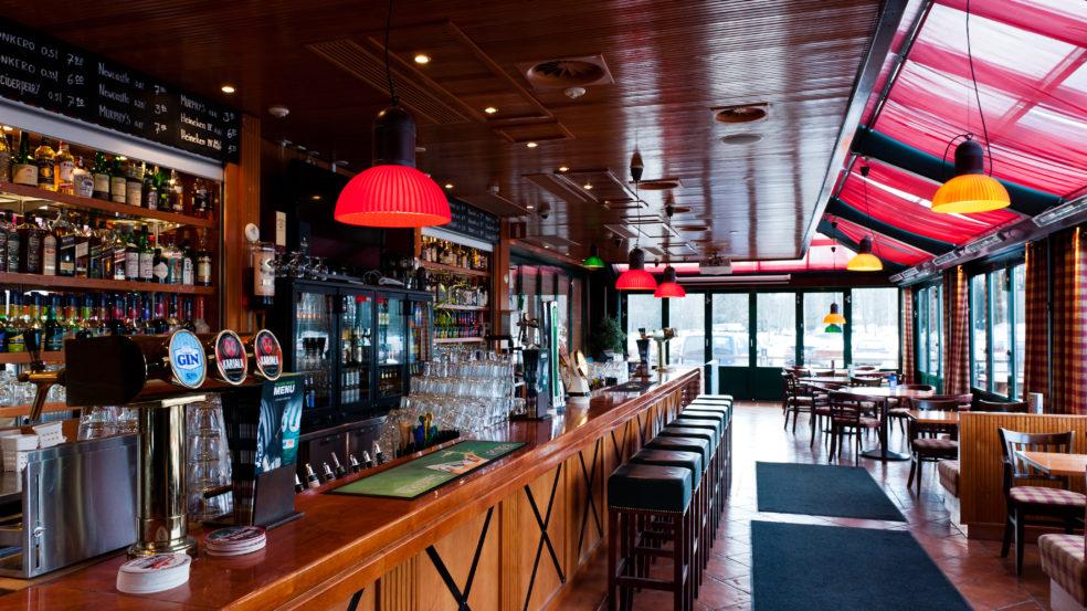 Pub Wilsonin pitkä ja puinen tiski