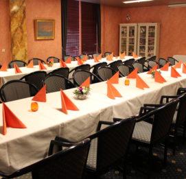 hotelli fooninki katettu ruokapöytä