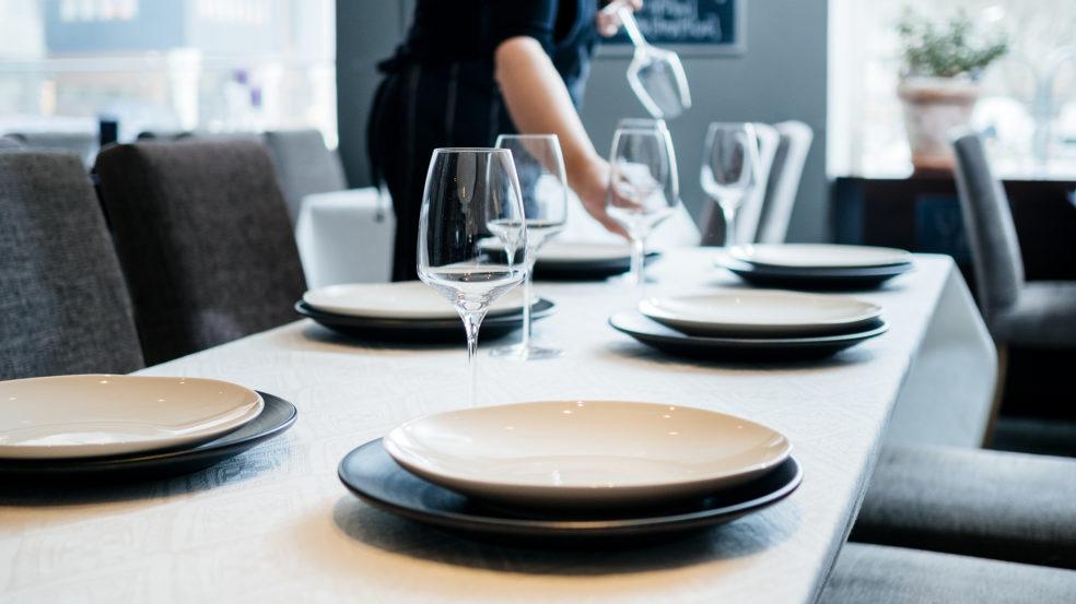 ravintola juurella kauniisti katettu pöytä
