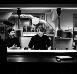 ravintola juurella kokit töissä keittiössä