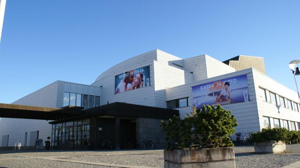 Seinäjoen kaupunginteatteri kesä ennen esitystä