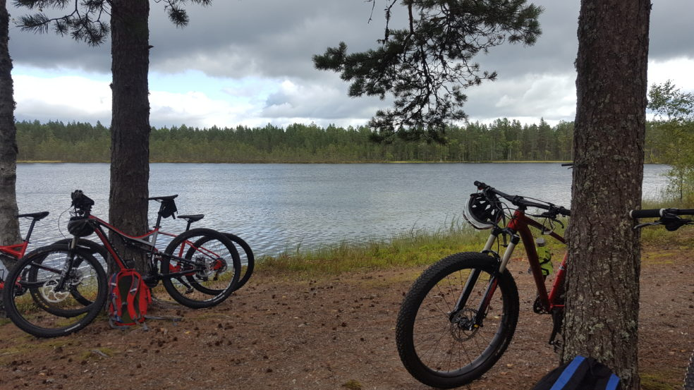 Maastopyörät spitaalijärven rannalla