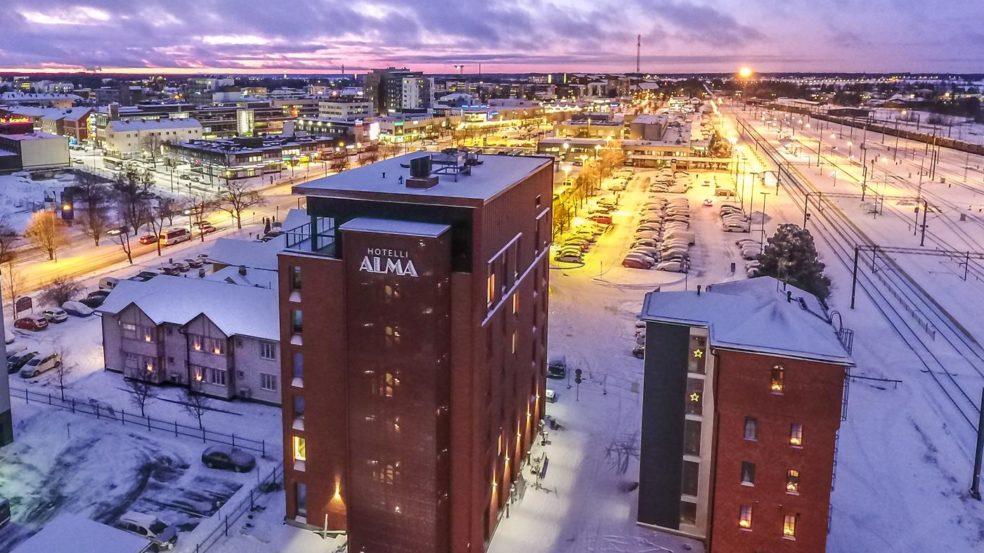 Hotelli Alma ulkoa talvella
