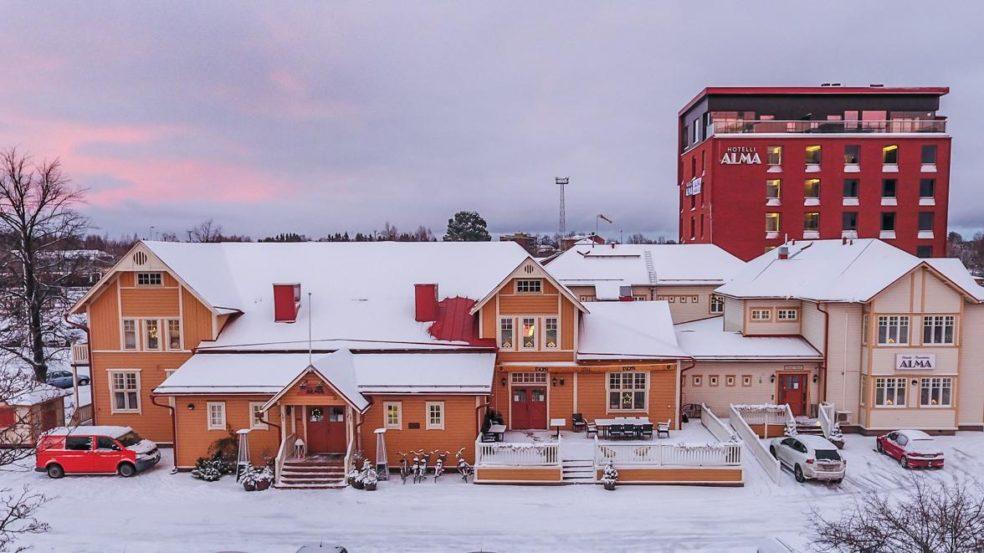 Hotelli Ravintola Alma kuvattuna talvella ulkoa