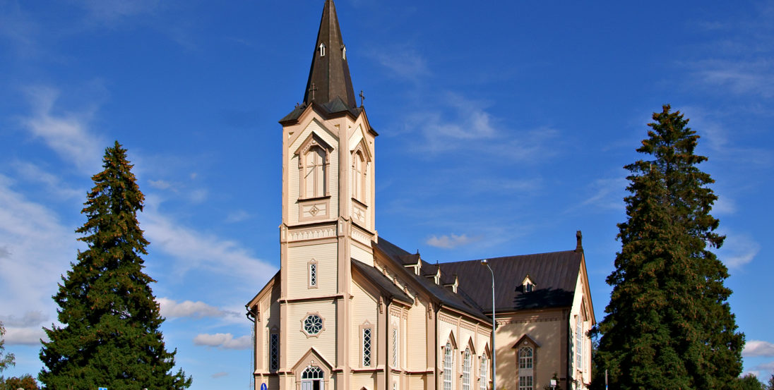 Peräseinäjoen kirkko ulkoa kesällä