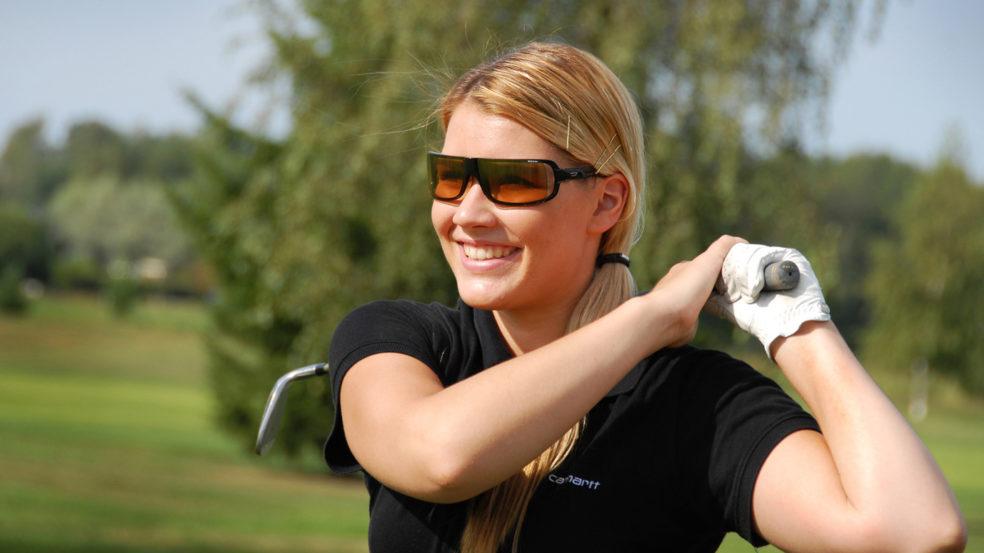 Nainen golffaamassa Härmän golf