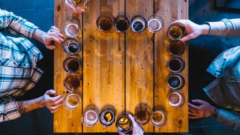 Pöydän äärellä juotavaa
