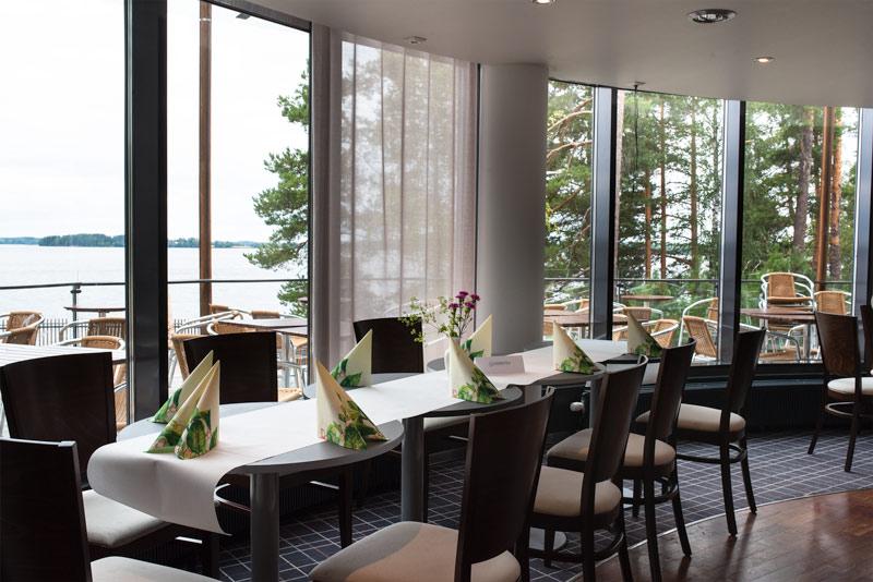 Ravintola-Aalto kaareva lasiseinä