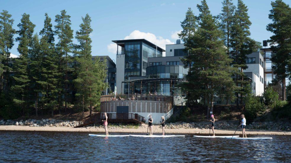 Kuortaneen Urheiluopisto järvi ja päärakennus