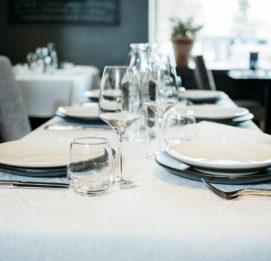 ravintola juurella katettu pöytä