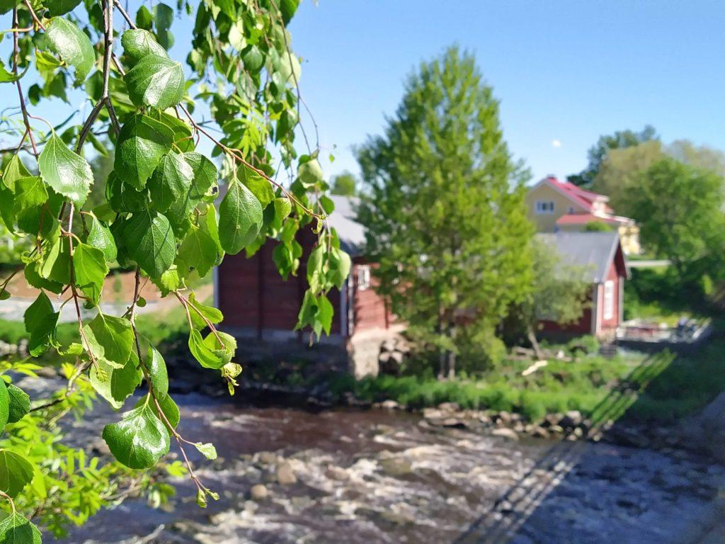Kriikun Myllykahvilan kupeessa pauhaavat Kirkonkosken kuohut.