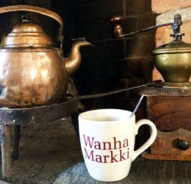Wanha Markki ja vanha kahvipannu, kahvikuppi ja vanha jauhontakone
