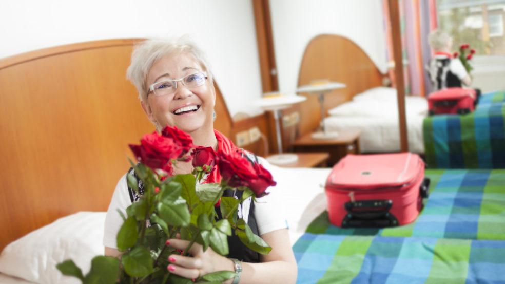 härmän kylpylä onnellinen vierailija huoneessa ruusujen kera