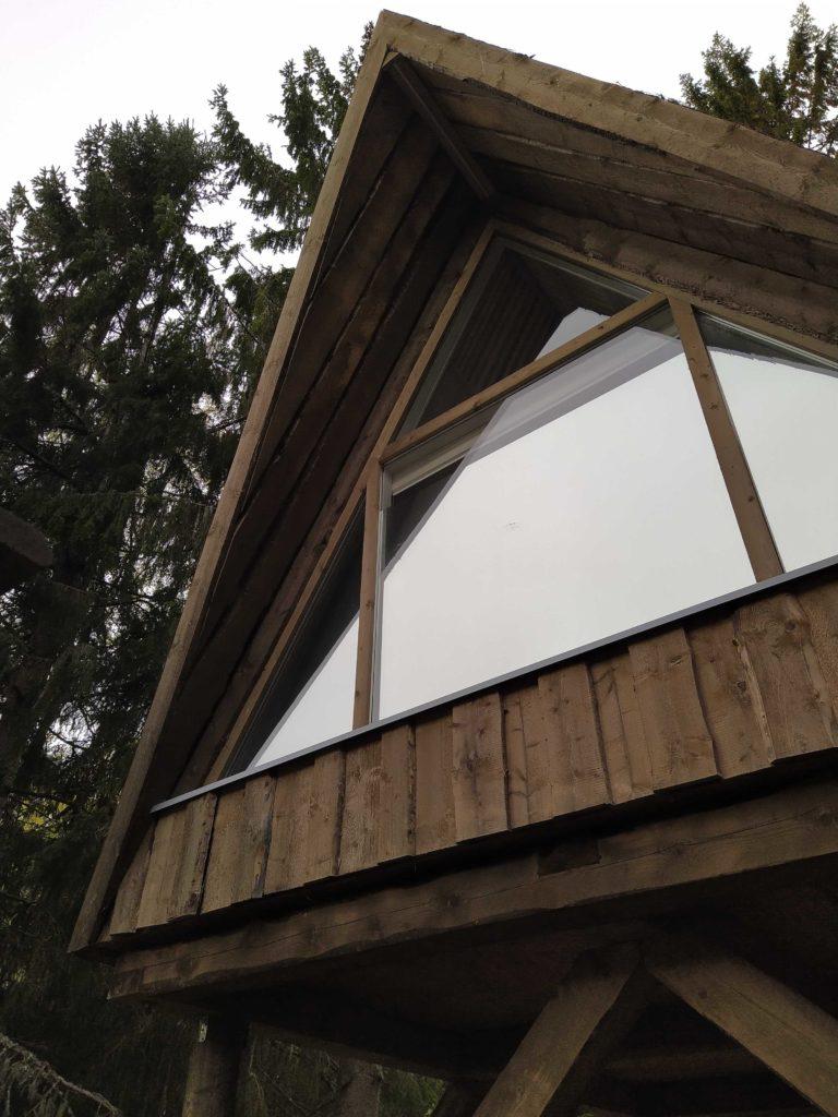 Ikkuna on ulkoa katsottuna peiliä, josta ei näe sisälle.