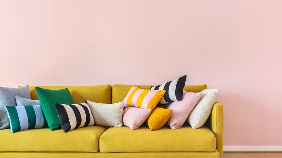Hakolan sohva ja sohvatyynyt sommiteltuna
